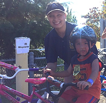 police-Officer_Brainard_helping_children_at_bike_rodeo