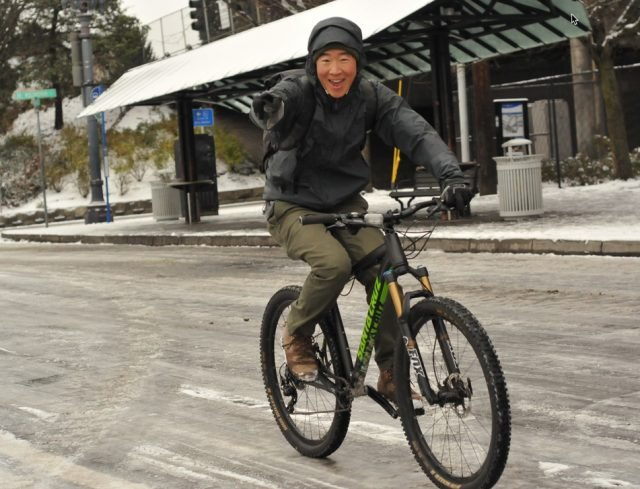 Saw lots of smiles (and a lot of MTBs) out on the streets this morning.(Photos: J. Maus/BikePortland)